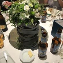 デーブル花と海外ビール。