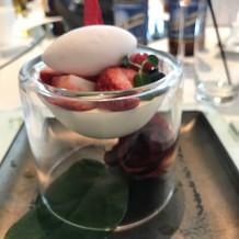 デザートの器の中に薔薇が。