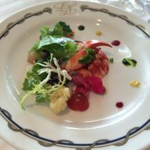 野菜サラダにオマール海老を添えたもの