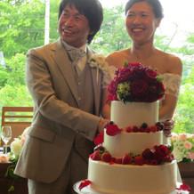 生花をあしらったケーキは見た目にオシャレ