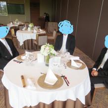 ゲストテーブルは広々と。