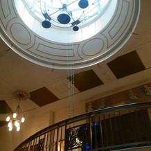 鐘の下から螺旋階段を降りていける