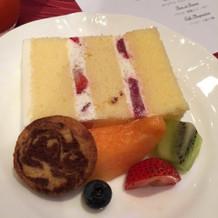 ウェディングケーキとミニフルーツ
