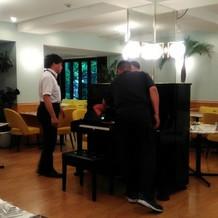 会場が小さめなので、アップライトピアノ