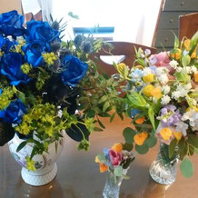 左サプライズ花束、右ブーケ