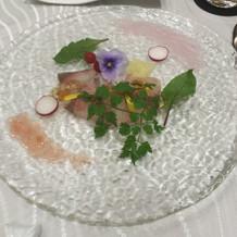 前菜は食器とソースの透明感が素敵でした。