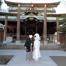 神社の前で記念撮影