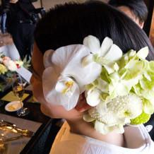 披露宴での生花髪飾り
