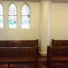 教会側面のステンドグラス