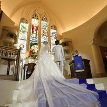 青い絨毯に白のドレスが映えます
