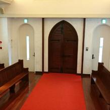 教会の祭壇の上から入口に向かっての写真