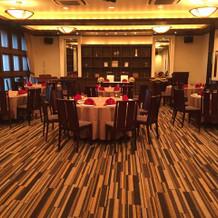 披露宴会場。60名程の設置雰囲気です。