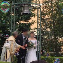 挙式後には外で鐘を鳴らすことができる