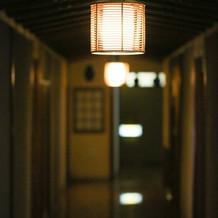 やや暗めの廊下