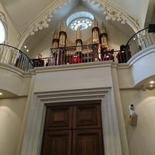 オルガン、聖歌隊は上に。