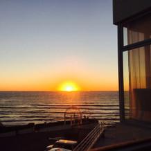 下のレストランからの夕日です。