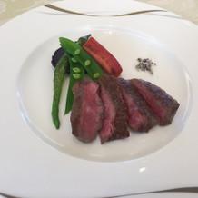 低温調理した柔らかな牛肉料理