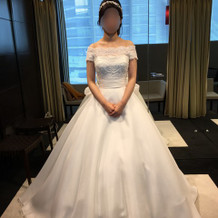 肩にデザインのあるウェディングドレス