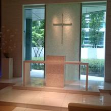 聖壇の横に贅沢な胡蝶蘭