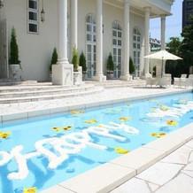 プールもあり、海外の別荘のような式場前