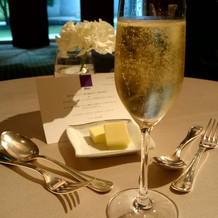 キラキラの黄金色シャンパン