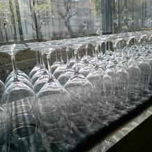 美しく並べられたグラス。