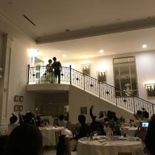 階段から登場