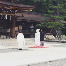 花嫁行列を作って神殿に向かうところです