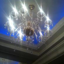 天井の色は照明で青や白などに