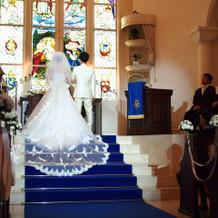 チャペルの階段に広がるドレス