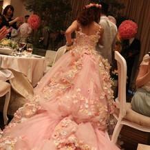 お花でボリュームがあるドレス