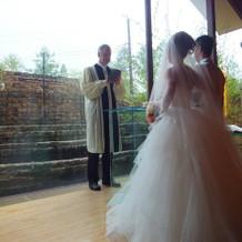 長野県らしい白樺が見えるチャペル