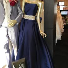 衣装サロンの店頭にあるドレス。