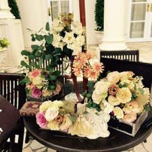 ガーデンには机やパラソル!その装花!