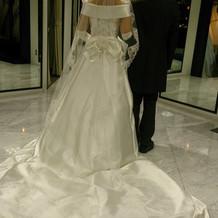 ドレスの数がたくさんあります。