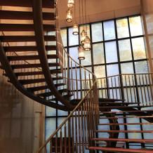 ステンドガラスが特徴的な階段