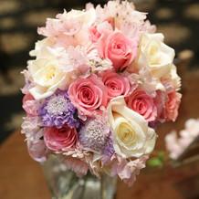 カラードレスに合わせた花