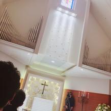 天井が高く、ステンドグラスも綺麗です。