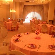 メルヘンなピンクの披露宴会場