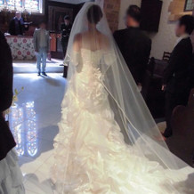 照明の反射で真白なドレスがキラキラします