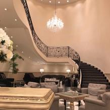 シャンデリア 階段