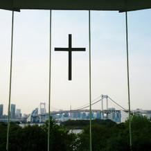 十字架の下には東京タワーが見えます。
