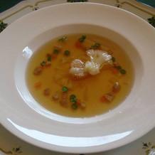 コンソメスープを注ぐと、チーズが咲きます