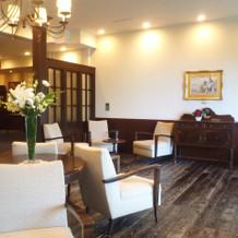 待合スペースはホテルらしくリッチな雰囲気