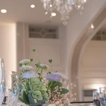 テーブル装花は淡い色で邪魔しません
