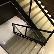 チャペルから披露宴会場への階段
