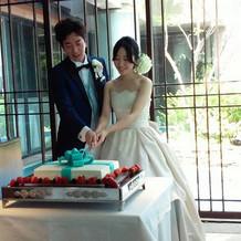 新郎新婦のテーブル付近にてケーキカット