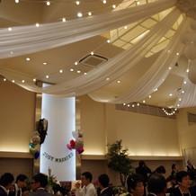 披露宴会場の装飾 高砂席はソファー席