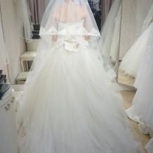 ウェディングドレスを選ぶ風景