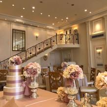 披露宴会場内に階段があります。